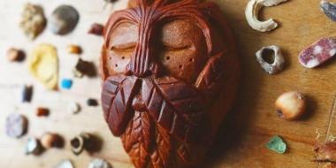 Semente de abacate dão vida a seres mágicos, na obra dessa artista.